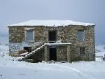 παλιά οικία σε πανέμορφο χιονισμένο τοπίο